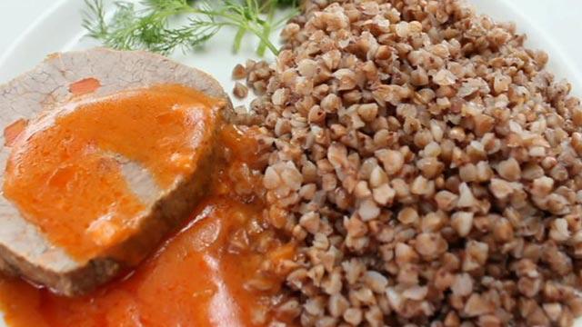 Шпигованная говядина с соусом и гречневой кашей