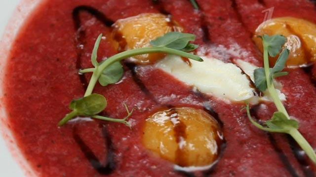 Суп из клубники с карамельным абрикосом и сыром маскарпоне