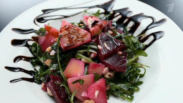 Салат из репы и свеклы с жареными орехами