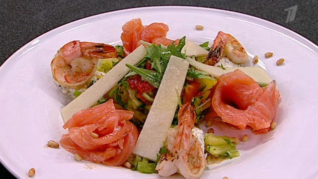 Салат с овощами креветками и семгой