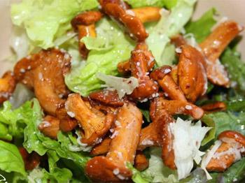 Салат с курицей и лисичками