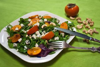 Салат с хурмой и орешками кешью