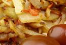 Жареная картошка с морковкой и лучком