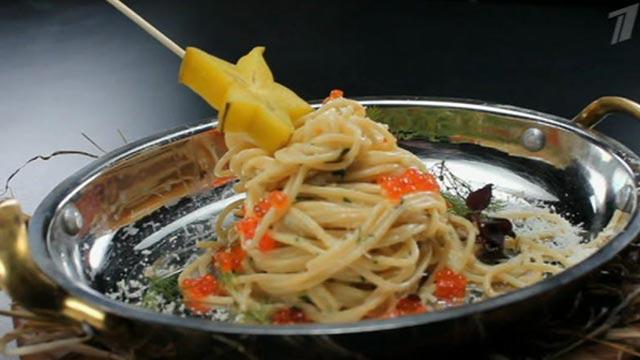 Спагетти с красной икрой и креветками