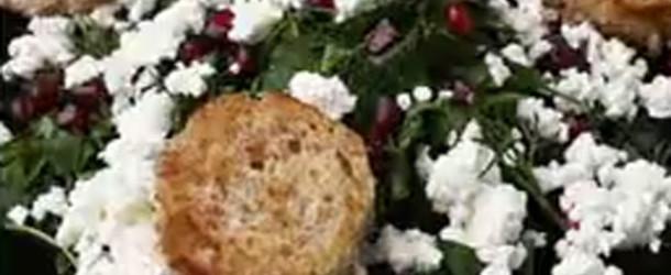 Салат из садовой зелени с зернами граната