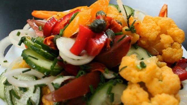 Тёплый салат с цветной капустой