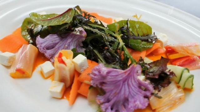 Салат с роллом из лука-порея