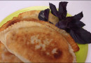 Чебурек с мясом и чебурек с зеленью и сыром